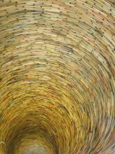 Idiom - umělecké dílo z knih v Městské knihovně na Mariánském náměstí