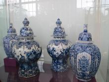Předjaří v Královské zahradě - váza delfská fajáns
