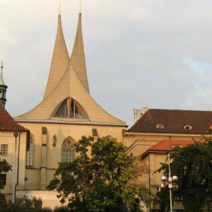 Kostel v Emuazích s moderními věžemi - památka na nálet na Prahu v únoru 1945